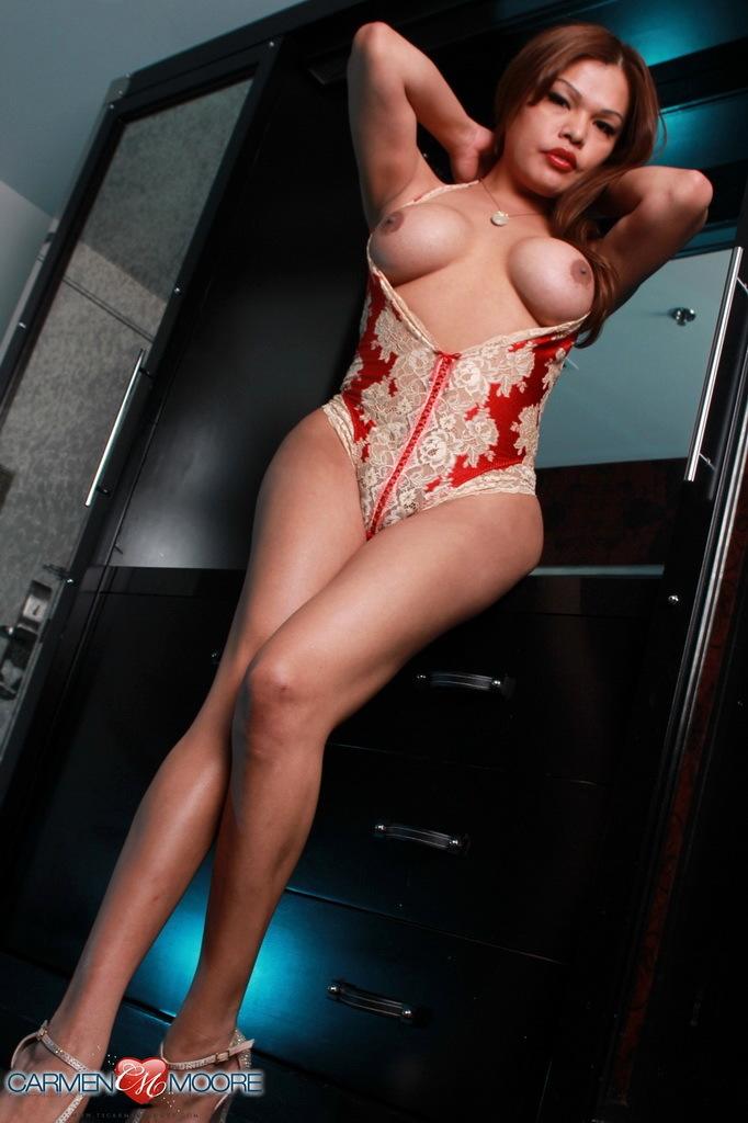 Inviting Carmen Wanks Her Raw Penis